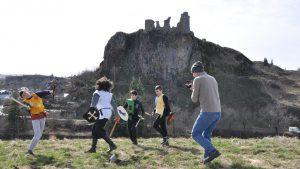 Tournage de la scène de bataille sur la butte castrale avec le château en arrière plan